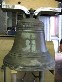 La cloche rénovée par M. Abéguilé père et fils